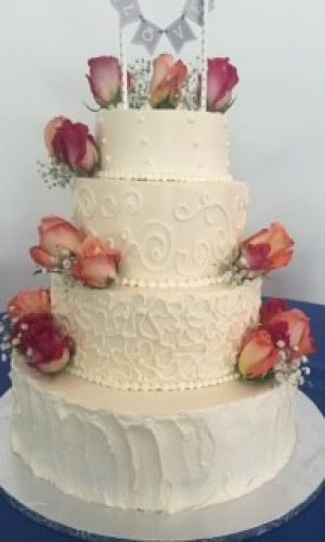 class-red-roses-on-white-cake